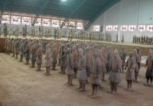 Hallin perällä oli patsaita, joiden melko lähelle pääsi. Jos oikein tulkitsin, niitä rapsuteltiin siellä vielä puhtaaksi.