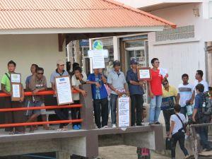 Toutit eli majapaikkojen ym. myyjät vastassa Koh Taon saarella.