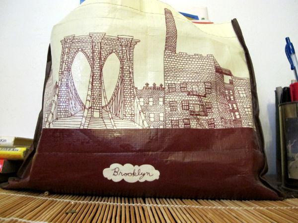 """New Yorkissa minulla oli joku älynväläys hankkia jokin """"erilainen"""" turistihärpäke. Päädyin tähän kassiin, joka toimi lehtien säilytysvälineenä. New Yorkissa huomasin myytävän kasseja juuri tällaisesta muovista, johon en ole muualla juuri törmännyt."""
