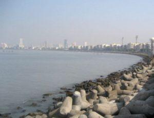 Mumbain Chowpatty Beachin länsipuolelta alkavat Malabar Hillsin kukkula, jossa hiljaisuuden tornit sijaitsevat.
