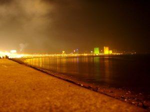 Chowpatty Beach illalla roskaisine rantaviivoineen.