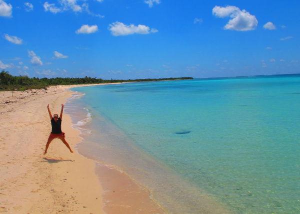 Hyppy Cozumelin rannalla. Aurinko antaa energiaa ja toivon etten joudu viettämään enää yhtään talvea Suomessa.