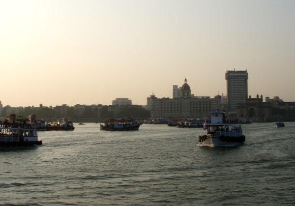 Mumbain Gateway of India -monumentti ja Taj Mahal -hotelli illalla.