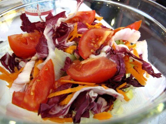 Iso sekasalaatti Milanossa Italian ensimmäisellä ateriallamme.