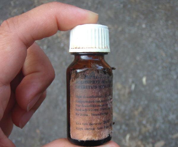 Jodisprii on ehdoton aine mukaan kuumiin maihin. Ilman sitä pienetkin naarmut voivat äityä pahoiksi.