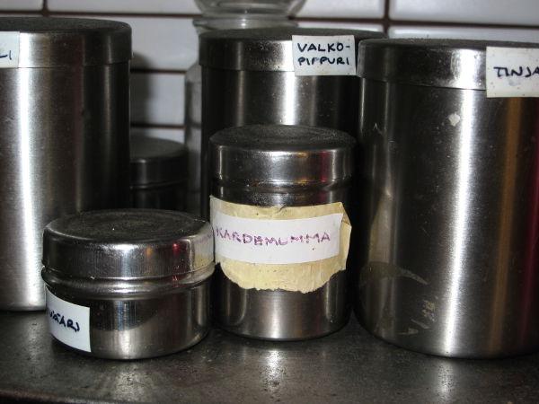 Intiassa myydään paljon pieniä metallisia purnukoita. Ainakin minä käytän niitä maustepurkkeina.