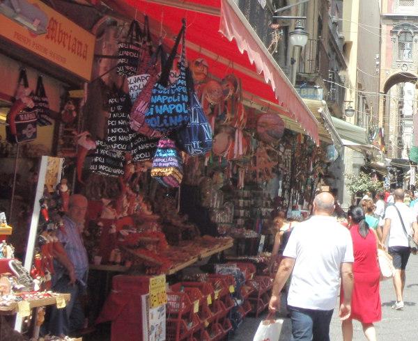 Kukaan tuskin kotona miettii, että olisipa kiva sellainen kangaskassi, jossa lukisi monta kertaa Napoli. Siksi sellaista ei kannata erehtyä ostamaan vain siksi, että niitä sieltä saa.