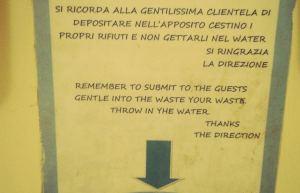 Osataan muuallakin kirjoittaa kummallista englantia. Tämä outo teksti oli kylpyhuoneen seinällä Italian Caprilla.