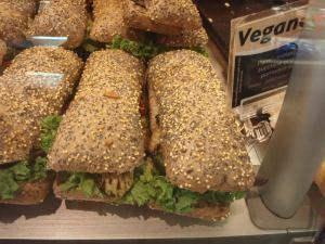 """La Spezian rautatieaseman kahvilassa oli """"Vegano""""-nimisiä täytettyjä leipiä. Kahvila oli osa ketjua, ja samoja leipiä näkyi muissakin kaupungeissa. Harmi vain etteivät lopulta aurinkotomaatteinekaan olleet mitään herkkua."""