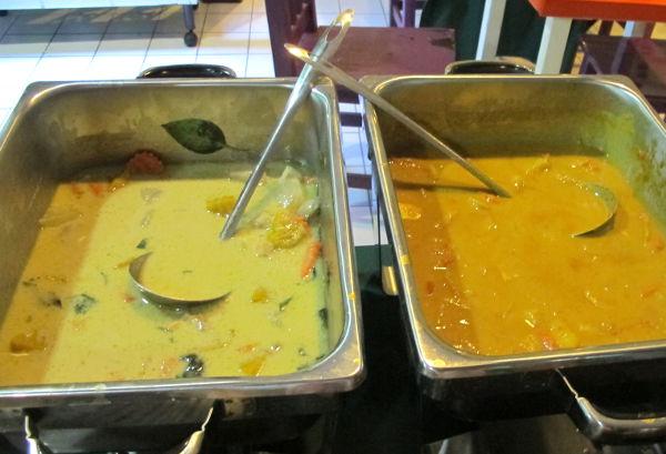 Buffetin green curry ja massaman curry.