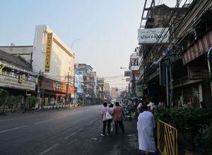 KSR päättyy tähän Chakraphong -katuun, joka on näin rauhallinen aamuisin. Muulloinkin se tarjoaa palveluita yhtä paljon paikallisillekin kuin turisteille.