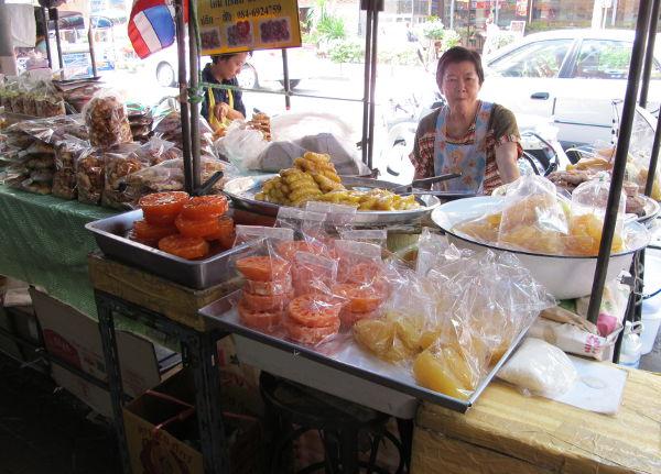 Chakraphongin kojuilla pääsee kokeilemaan muutakin kuin turistimakuun muokattua ruokaa. Tässä makeaa osioita.