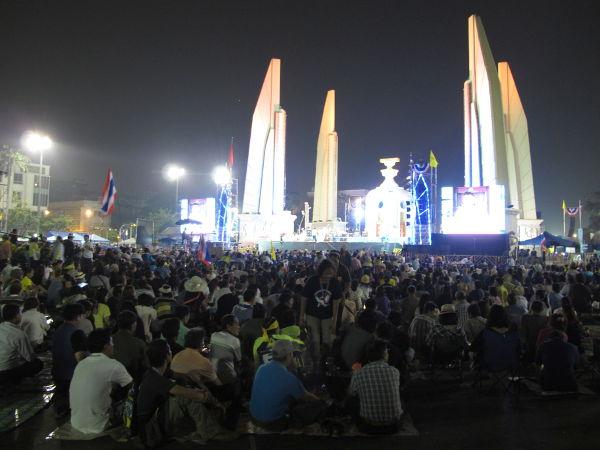Democracy monument illalla muutama päivä sitten.