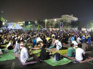 Ihmisiä democracy monumentin edessä Ratchadamnoen Klangilla. Tuolta paikalta on viiden minuutin kävelymatka Khao San Roadille.