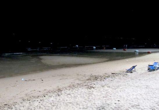Pattayalla oli päivisin nousuvesi. Öisin ranta oli huomattavasti leveämpi. En ole varma osuuko laskuvesi välillä päivällekin.