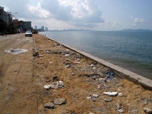 Jomtienin rantatien loppupää on roskainen.