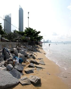 Jomtienin rannalla ihan sen rantatien loppupäässä on kivilohkareita. Mutta sitä ennen on jopa pari kilometriä kivetöntä