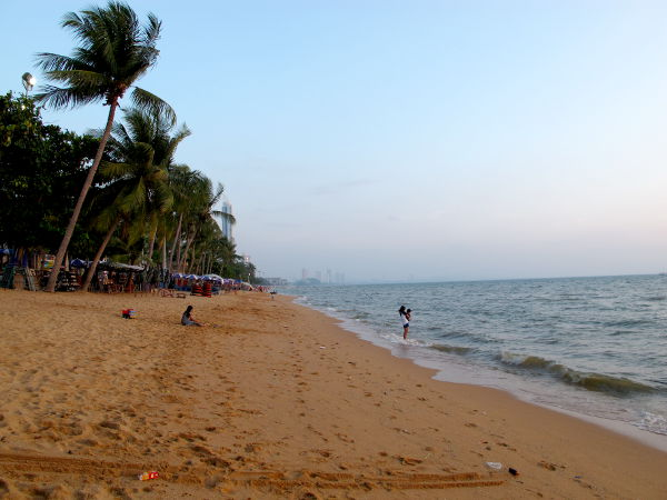 Jomtienin ranta etelään päin.