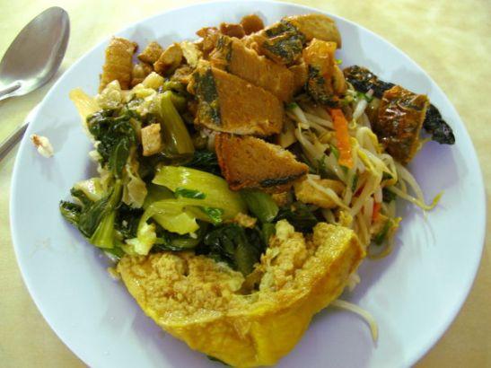 Kae Daengissa valikoin lautaselleni tällaisia ruokia. Maksoi 65 bahtia.