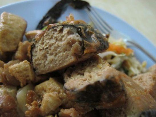 Lempparini Thaimaan kasvisravintoloissa on tällainen nori-levällä päällystetty tofu tai seitan, joka merilevän ja paistamisen takia maistuu kalamaiselta. Nämä mehevät palat sain Kae Daeng -ravintolassa.