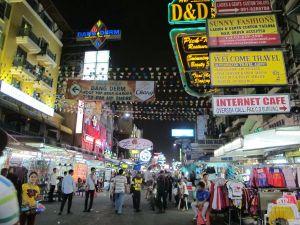 Vain Khao San Road näyttä tältä, vaikka varsinkin iltaisin kuhinaa on myös parilla lähikadulla. Näiden ulkopuolella on jo toinen meno.