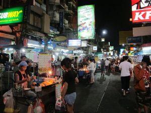 Ylikansallisia liikkeitä on koko ajan enemmän. Pienellä alalla on kahdet Subwayt, Burger Kingit ja McDonaldsit ja uutuutena myös Starbucks. 7/11 -kioskeja on useita, kuten kaikkialla Bangkokissa ja muuallakin Thaimaassa.