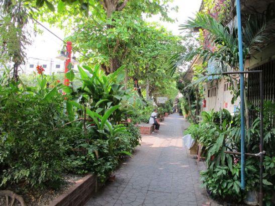 Tykkään kulkea tätä rauhalista kujaa khlongin vieressä. Sen tuntumassa Samsen soi 2, 4 ja 6 on paljon halpaa majoitusta ja ravintoloita.