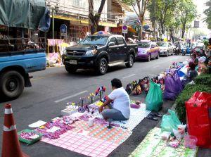 Mielenosoituskrääsää myynnissä Banglamphun kadulla.