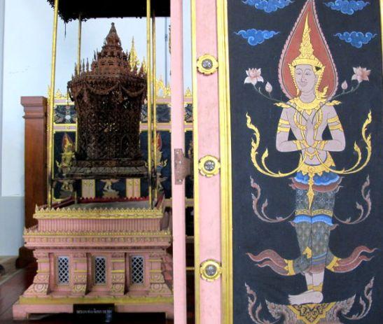 Thaimaan kansallismuseossa näytillä oleva kopio jonkun kuninkaallisen krematointitelineestä ja sen eteen vedettävistä sermeistä.
