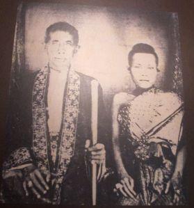 Minua kiehtoo etenkin Thaimaan hovin hiusmuoti vielä 1900-luvun alussa. Tässä kuningas Mongkut ykköspuolisoineen.