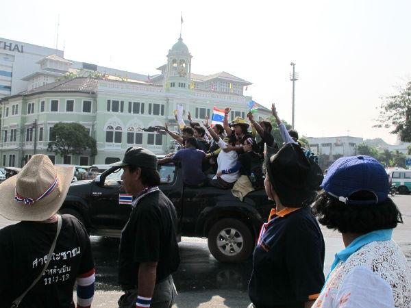 Lava-autollinen ihmisiä tuulettamassa isoa mielenosoitusta seuraavana päivänä olleessani matkalla viereiselle Golden Mountainin temppelille.