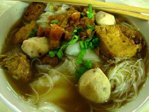 """Kae Daengista sai myös tällaista hyvin """"lihaisaa"""" nuudelikeittoa."""