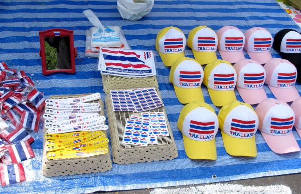 Kansallismielisen oloista materiaalia kuten lippiksiä, mutta eurooppalaisessa mielessä samanlaisesta ajatuksesta ei taida olla kyse, vaan lipun avulla kai symboloidaan jotain muuta.
