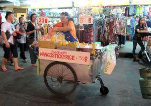 Mango sticky rice -koju KSR:llä tarjoaa vegaaneillekin herkkua eli tuoretta mangoa, tahmeaa ja makeaa riisiä kookoskastikkeessa.