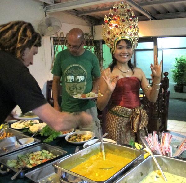 May Kaidee touhuaa thaikostyymit päällään lauantai-iltojen buffetissa.
