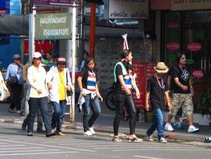 Mielenosoituksesta palaavia ihmisiä Thanon Sam Senilla maanantaina 9.12.