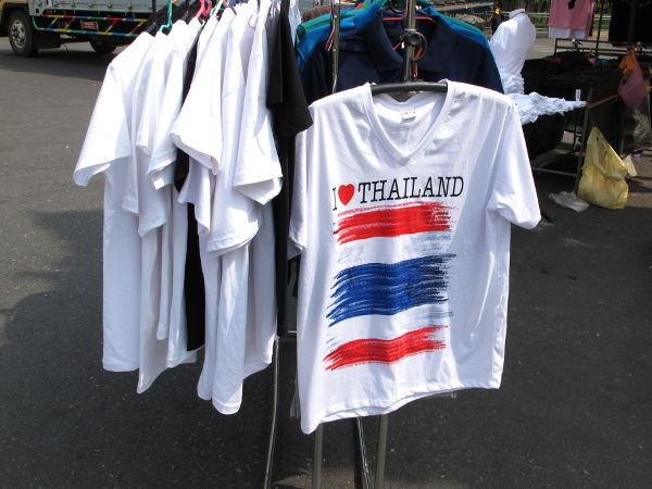 Ihan kuin turisteja varten valmistetut paidat olisivat saaneet uuden käyttötarkoituksen mielenosoitusten aikaan.