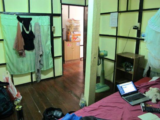 """Phimanin huoneeni käytävälle päin. """"Ikkunassani"""" on hyttysverkko verhon takana käytävälle."""