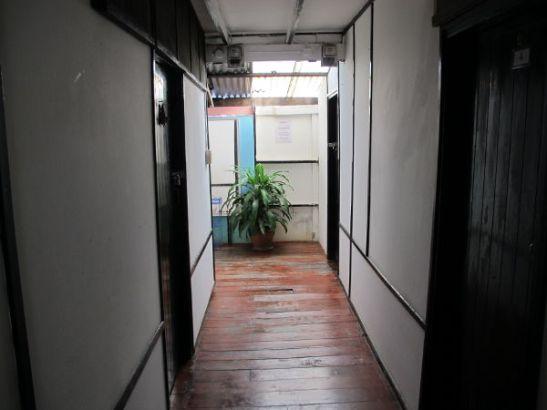 Lyhyt käytävä, jonka varrella huoneeni on.
