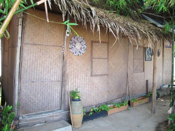 Phimanin bungalow, jonka ovelta on nelisen metriä joelle.