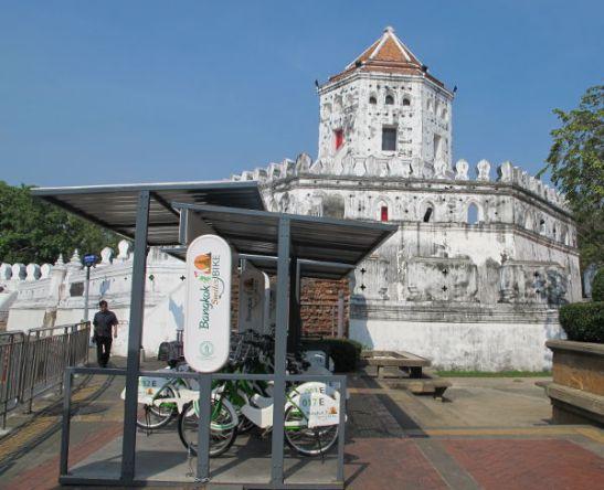 Phra Sumen ja Phra Athit -katujen kulmassa on tämä Phra Sumenin linnoitus ja kaupunkipyöräparkki.