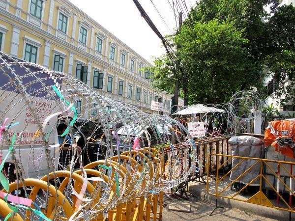 Piikkilankaa puolustusministeriön luona ihan Wat Phra Kaeon vieressä, joka temppelialueena on ehkä Bangkokin suosituin nähtävyys.