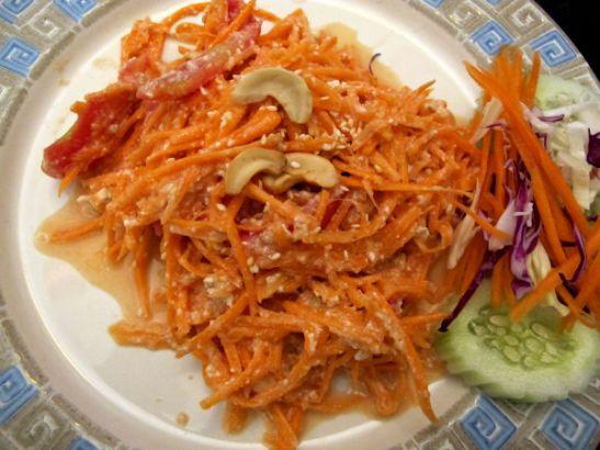 Carrot Salad – porkkanaa pähkinäisessä ja raikkaassa kastikkeessa, kannattaa valita vaikka kuulostaakin kovin yksinkertaiselta.