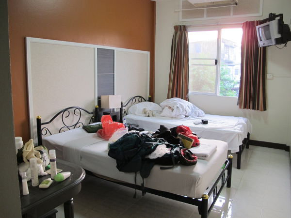 Huoneeni ovelta päin katsottuna. Netissä kuvat hotellista näyttävät hieman hienomilta kuin mitä ne todellisuudessa ovat. Hotellissa on aika eri tasoisia huoneita, kalliimmissa on ranskalaisen parvekkeen tapainen ratkaisu, jonka ikävä kyllä puoliksi täyttää ilmastointilaite.