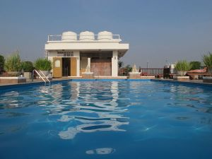 Rambutri Villagen toisen kattoterassin uima-allas.
