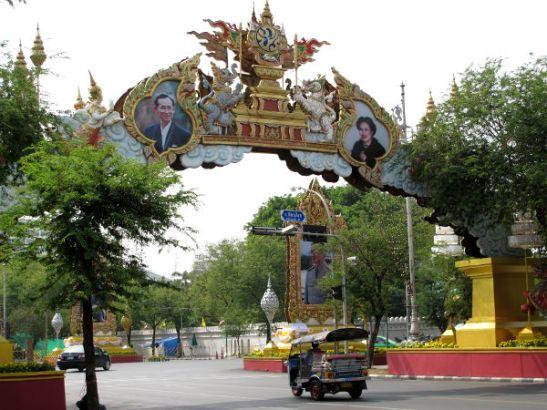 Ananda -palatsiin ja Dusitin puistoon johtaa Ratchadamnoen Nok -katu, jonka varrella on nykyisen kuninkaan ja kuningattaren kuvia.