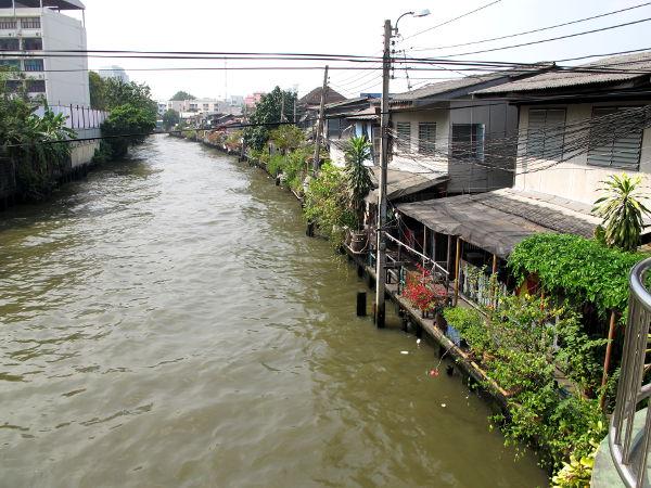Khlong Saen Saeb -kanava. Oikealla Baan Kruaa.
