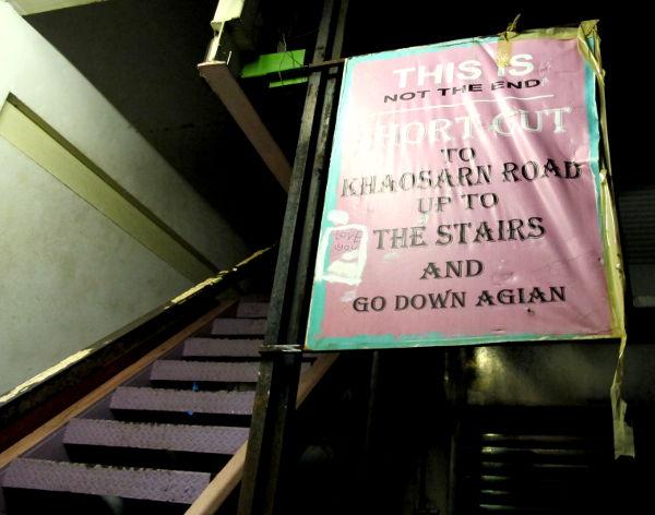 Kun Rambutri näyttää päättyvän pimeään umpikujaan, pääsee siitä jatkamaan takaisin Chakraphong -kadulle ihan KSR:lle kun menee nämä raput ylös.