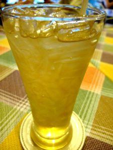 Thamnan sitruunaruohojuoma. Thaimaalaisten mehut ovat meikäläisen makuun liian makeita.