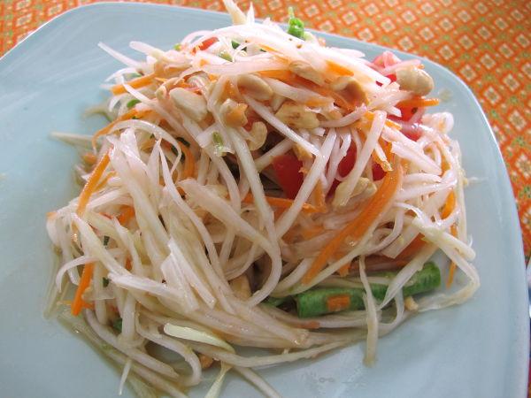 Chai´sin som tam eli papaijasalaatti. Jos papaijasalaattia tilaisi tavallisista katuravintoloista, olisi joukossa ainakin kalakastiketta ja katkaraputahnaa.